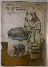 """The 46th brother, who died here, was named Herttel Pyrprew"""" (""""Der XLVI Bruder, der do starb, hieß Herttel Pyrprew""""). One can see the brewing kettle with two rings attached to the sides plus two wooden vats. Above the brewer on a stick the hexagram [48] .  Herttel appears to be stirring the kettle over open fire."""