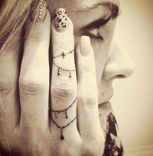 finger kette tattoos pinterest tattoo ideen t towierungen und tattoo vorlagen. Black Bedroom Furniture Sets. Home Design Ideas