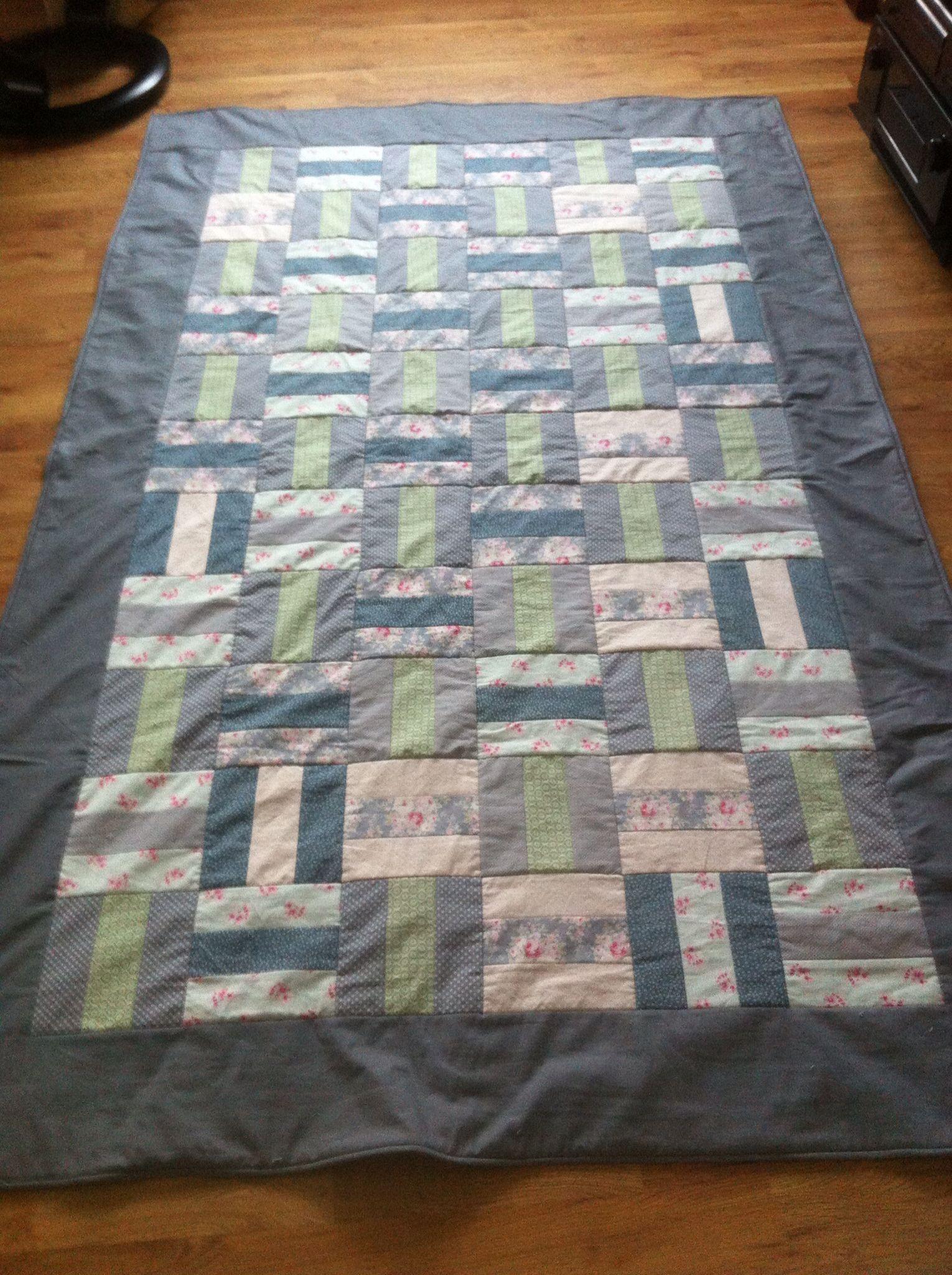 Sengeteppe/slumreteppe: Stoff og mønster valgt av barnebarnet.