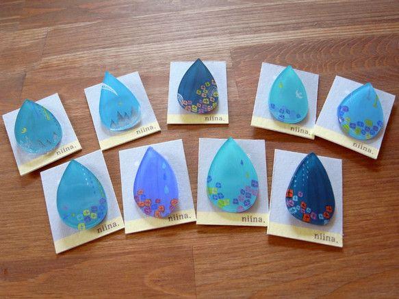 ひとつずつ手描きで制作している一点物のスチロール樹脂のブローチです。毎月ひとつテーマを決めて物語の見えるブローチを作っています。 今回のブローチは、雨の景色で...|ハンドメイド、手作り、手仕事品の通販・販売・購入ならCreema。