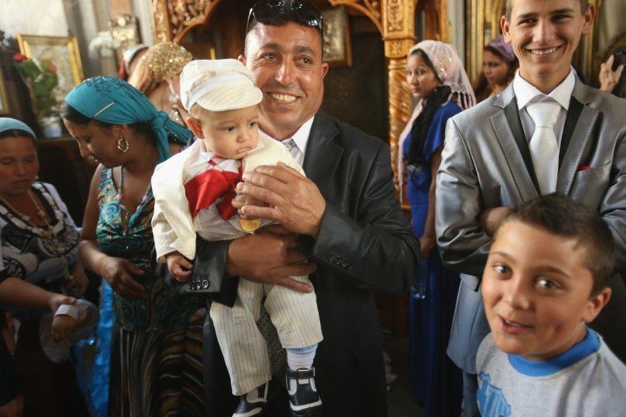 .. wie die Allerkleinsten. Das Baby Andrei wurde am Rand der Feierlichkeiten für den Heiligen Gregor in Bistrata getauft. Großvater Mihai Is...