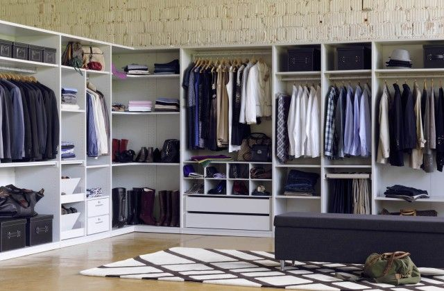 dieser offene schrank geht um die ecke und h llt somit einen raum ein ohne viel platz. Black Bedroom Furniture Sets. Home Design Ideas