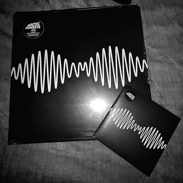 aleandmore/2016/10/12 06:04:16/Y aquí tienen tanto el LP como el CD de AM de Arctic Monkeys en esta sección de colección de albums. Veré sí a futuro realizo unboxing de este LP, ya que es bastante nuevo en la familia. #arcticmonkeys #am #lp #vinyl #cd #cds #photography #photo #music #musica #alternative #blackandwhite #collection #alexturner