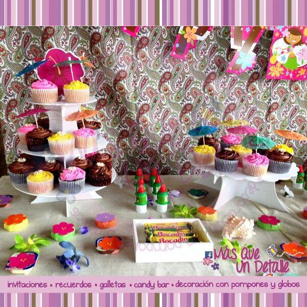 Mesa de postres y dulces con tema Hawaiiano, en Mas Que Un Detalle.