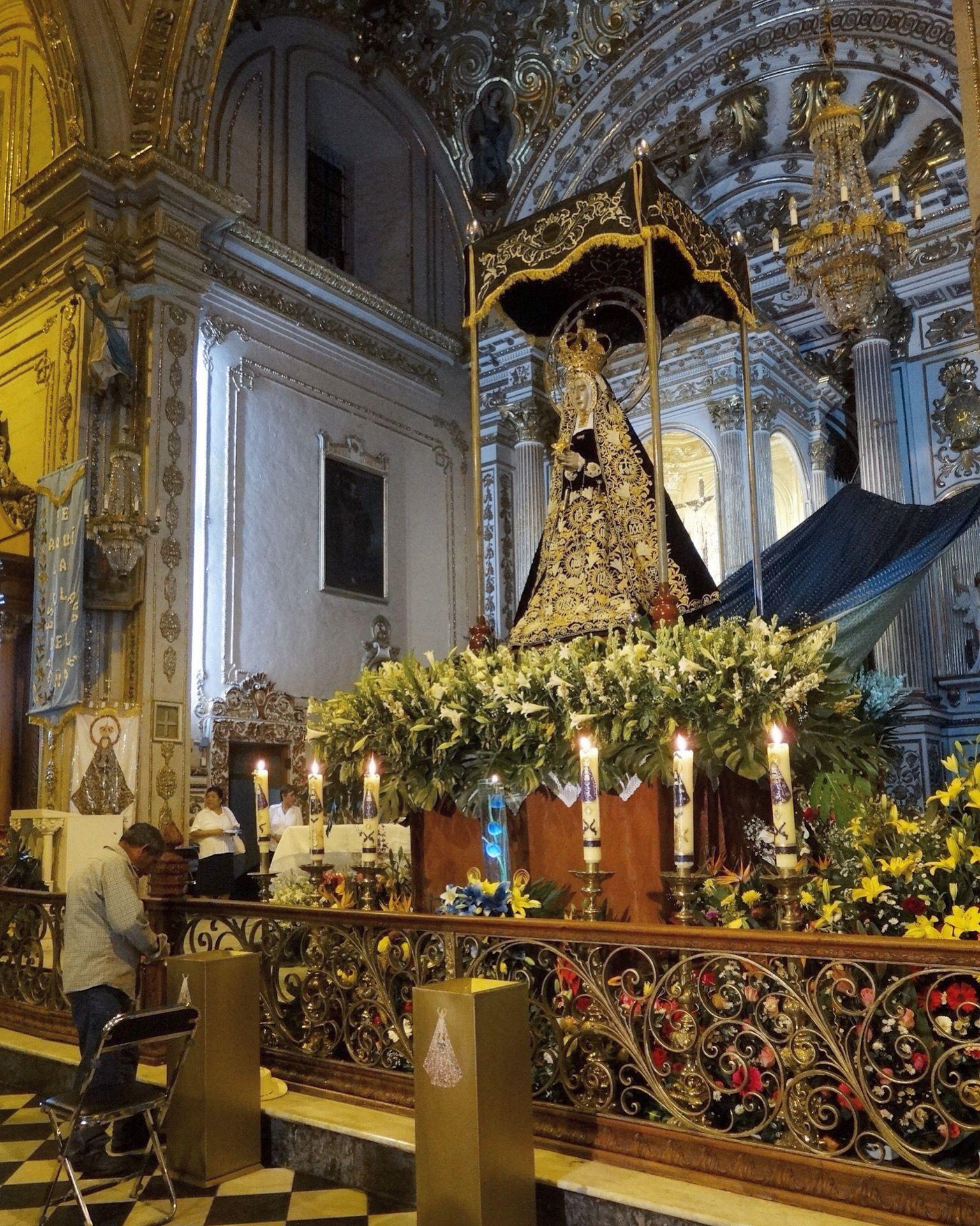 Imagen dentro de la Basílica de Nuestra Señora de la Soledad.