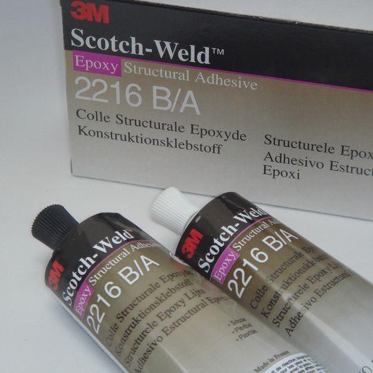 3M Scotch-Weld 2216B/A Epoxylijm 250 ml 2216B/Ais eengrijze, zeer flexibele, koudhardende tweecomponenten-epoxy met hoge afpelwaarden en een zeer goede slagvastheid. De lijm is bijzonder geschikt voor het verlijmen van rubber, metaal, hout, de meeste kunststoffen, keramische producten enzovoort. Inzetbaar waar krachtdragende verbindingen gewenst zijn. KlikHIER voor belangrijkeinformatie voor een goede verlijming.      Basis Harder  Kleur : Wit : Grijs  Soortelijk gewicht (g/cm³) : 1,33…