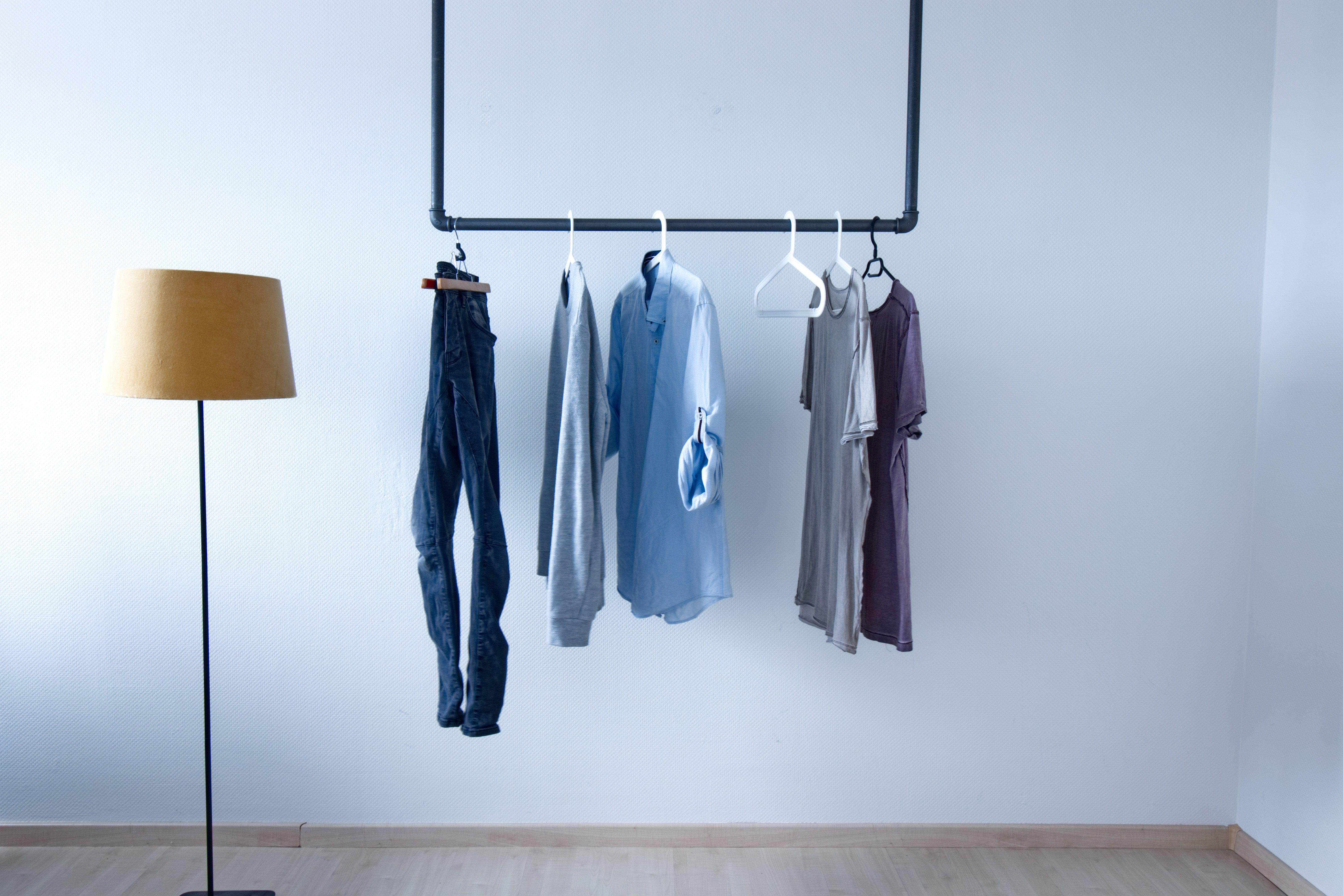 Die Kleiderstange Veland Wird An Der Decke Befestigt Und Dient