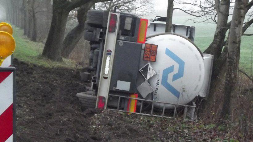Aluminiumchlorid trat durch ein Belüftungsrohr des Tanks aus. Gefahrgutzug der Feuerwehr im Einsatz