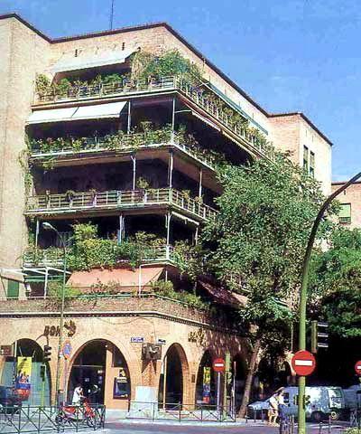 La Casa De Las Flores Es Un Bloque De Viviendas Ubicado En El Distrito De Chamberi Madrid Disenada Por Secundino Casas Fachadas Racionalismo Arquitectonico