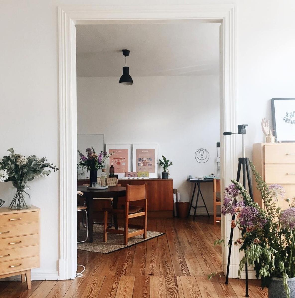Gemutliches Ambiente Im Wohnzimmer Mit Vielen Blumenstraussen Finden Wir Bei Nina Ninosy Im Esszimmer Entdecke Noch Mehr Wohnideen Au Wohnen Wohnung Gemutlich