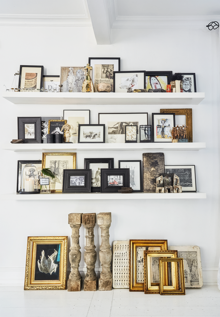 Decorate your gallery wall with small shelves which makes it easy to change expression. We love the vintage style.
