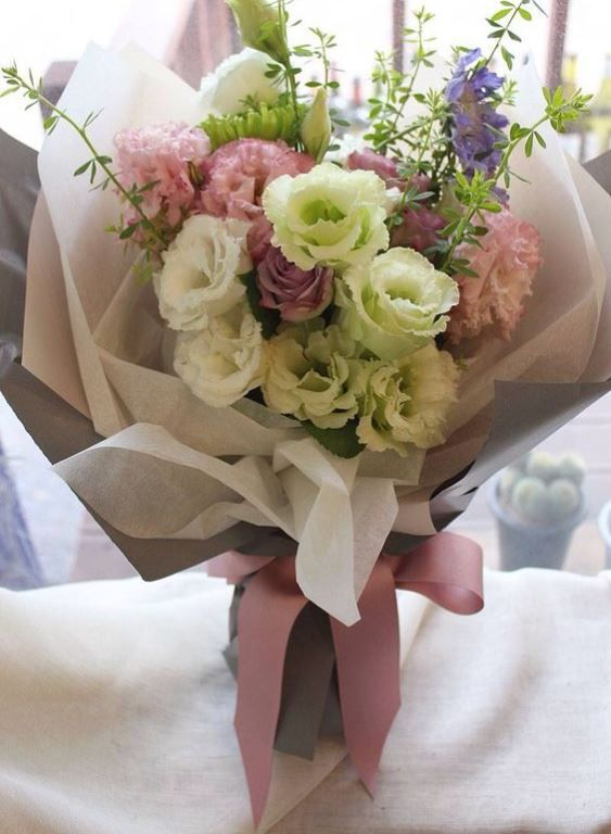 Here are some useful tips and tricks on how to wrap a bouquet, as ...