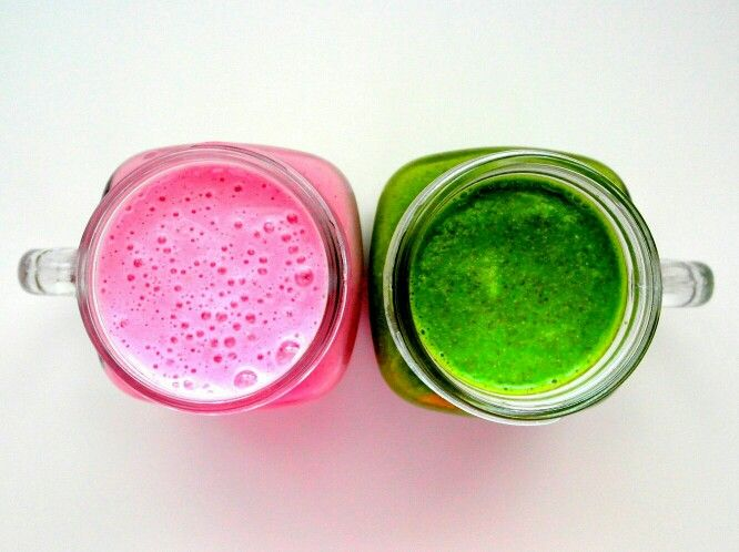 Różowy czy zielony? ❤ Różowy: - 1 szkl. truskawek   - 1 szkl. malin   - 1 szkl. mleka roślinnego ❤ Zielony: - 2 garście jarmużu   - 3 plastry ananasa  - 1/2 cytryny   - sok z 3 jabłek.  Składniki wrzucamy do blendera i miksujemy. Każdy oddzielnie.Jeśli komuś jest za gęsty koktajl można dodać więcej wody/mleka/soku,to już wedle uznania i gustu. Smacznego ❤