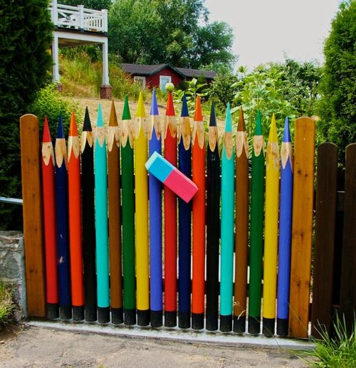 I just love this colored pencils garden gate and I ADORE  the eraser.  I don't know where this gate is, but it would be so cute at an art teacher's house, an elem school, an art center... and at MY house!  :)