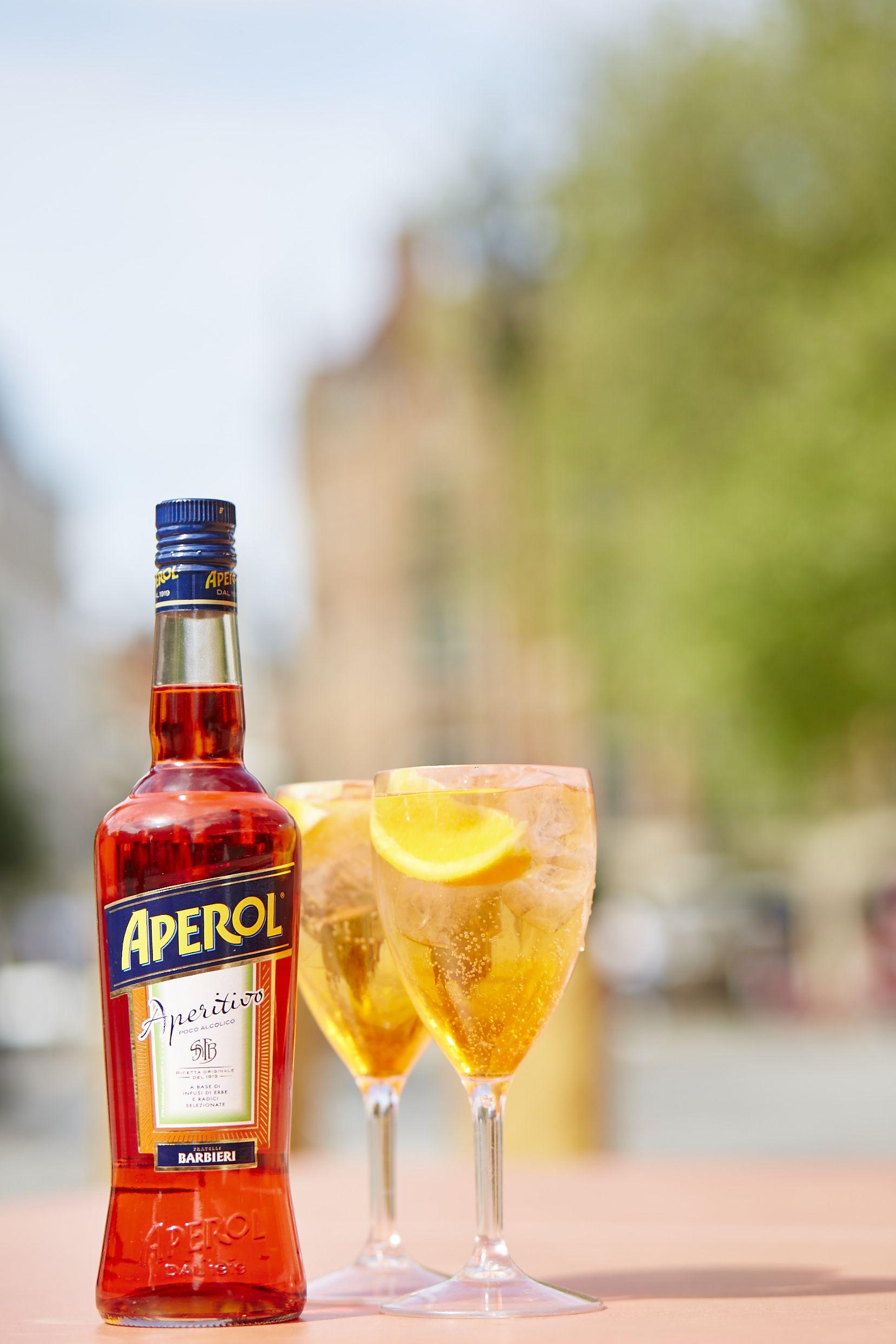 Summer + Aperol Spritz = the perfect post-work combination.  #easy #summer #cocktail #beverage #drink #aperol #aperolspritz #prosecco #orange