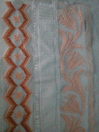 Toalla  bordada en punto veneciano y orillo bordado en malla
