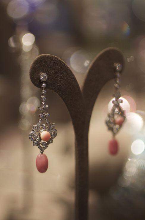 La concha de perla y pendientes de diamantes por el pionero de las gemas
