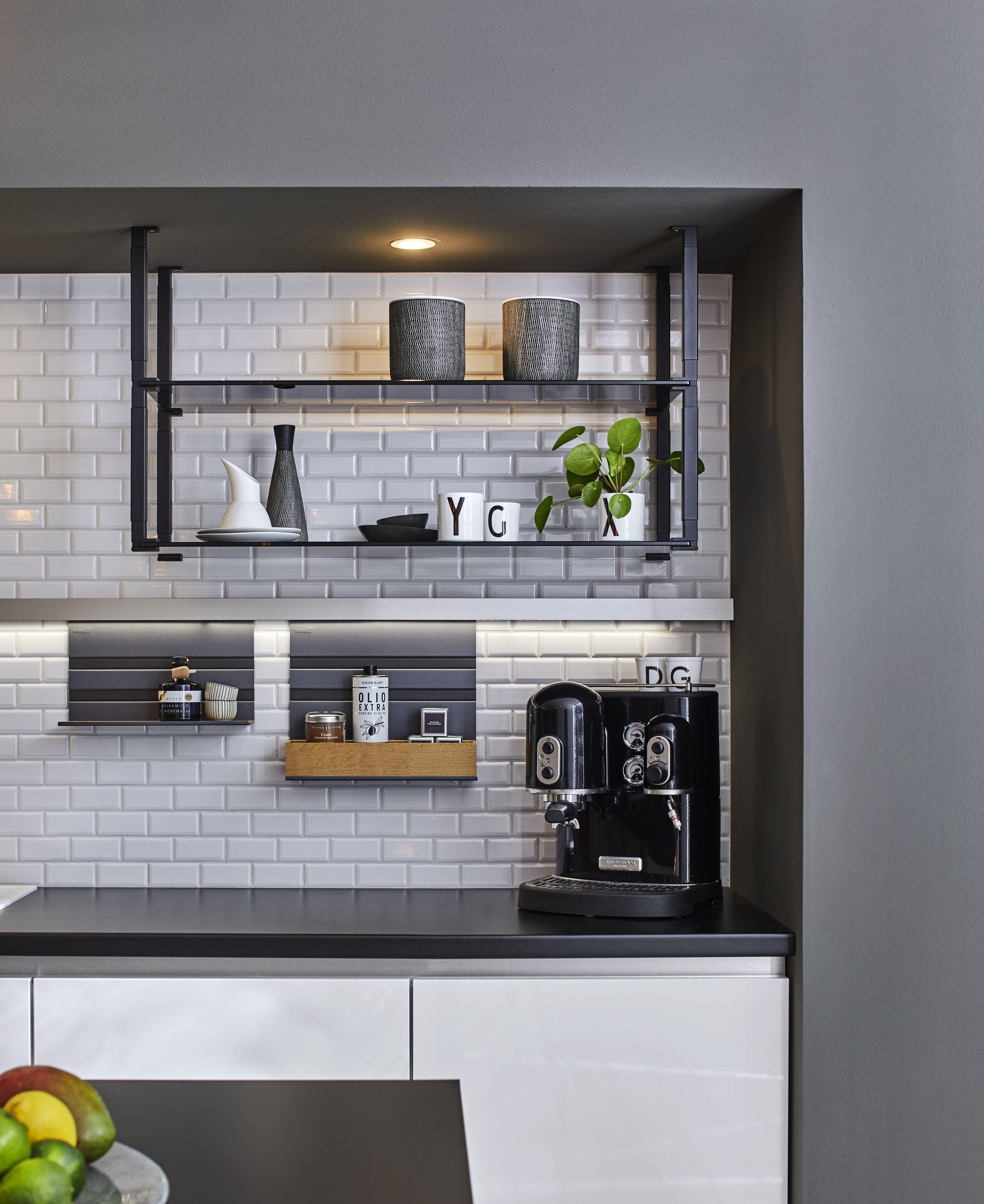 moderne küchenzeile mit hängeregal #trackbyvolumek