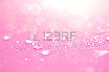 gotas de rocio: Cierre el agua de lluvia cae en la superficie de la esponja de color rosa como el romance lve resumen de antecedentes Foto de archivo