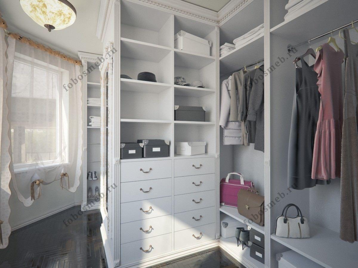 На фото: Ракурс гардеробных шкафов от входа