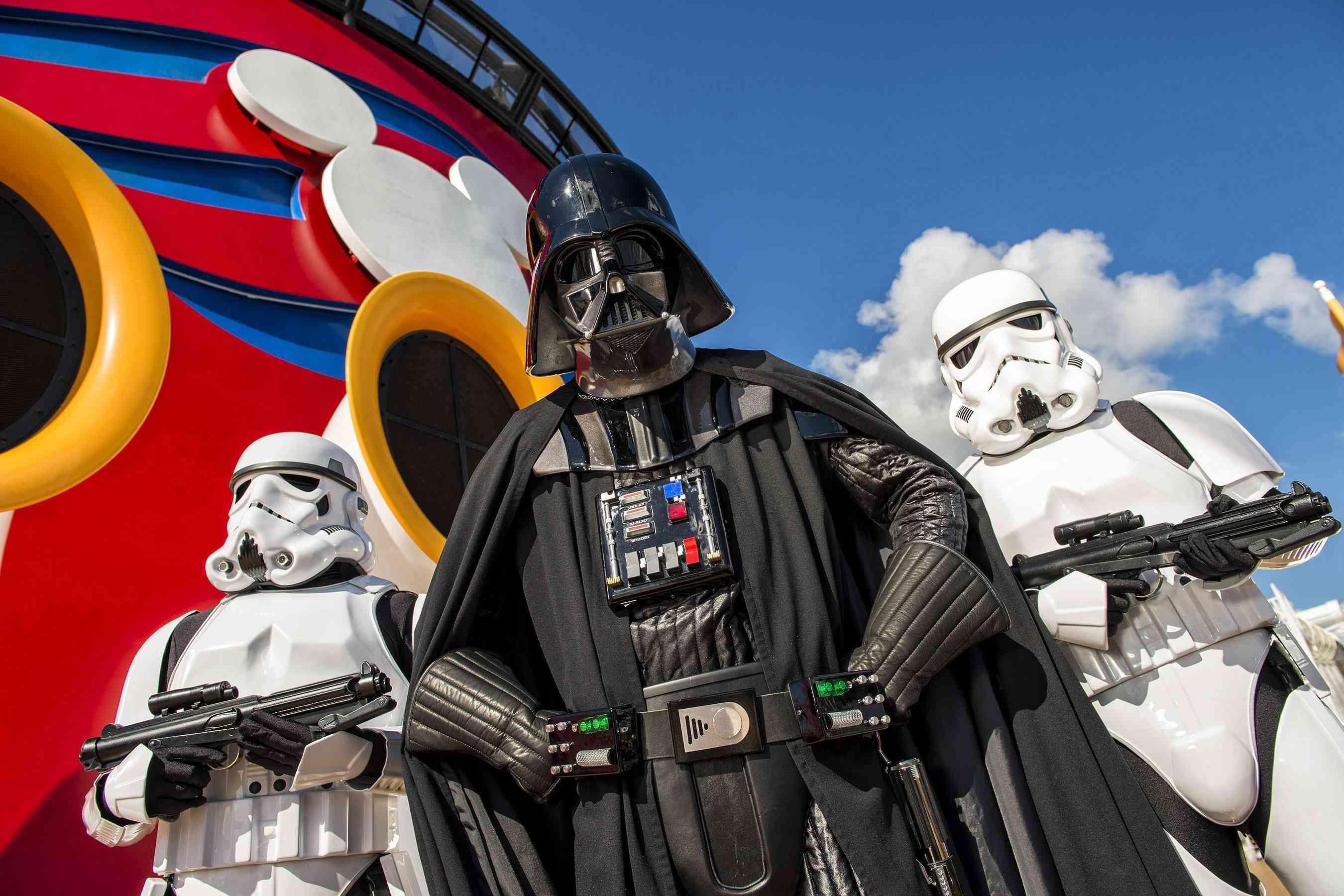 En 2016 los huéspedes de Disney Cruise Line podrán celebrar las legendarias aventuras y personajes icónicos de la saga Star Wars.   En salidas seleccionadas por el Caribe Oeste a bordo del Disney Fantasy el día en el mar de Star Wars se llevará a cabo en las siguientes fechas: Ene 09 y 23, Feb 06 y 20, Mar 05 y19, Abrí 02 y 16  Para mayor información: 0212-285.0156 o escribiendo  a info@top-cruises.con