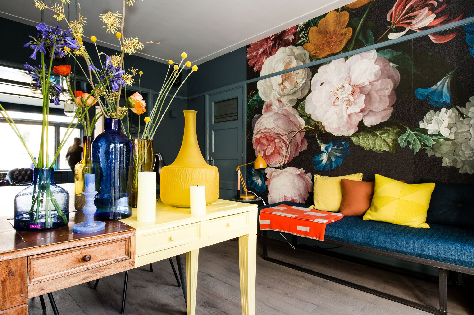 Blauw bloemenbehang kleur interior in kleuren