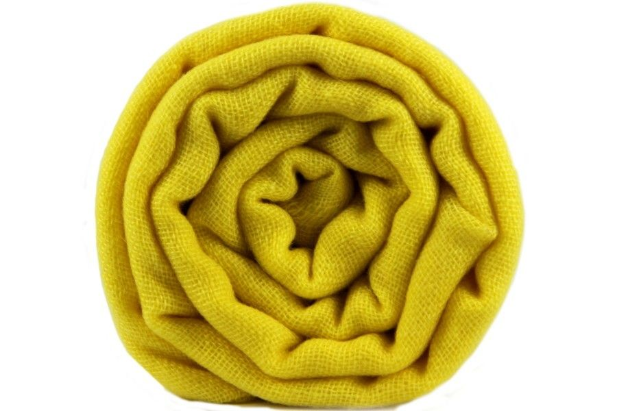 Elégante écharpe en laine cachemire jaune moutarde.   Echarpe en ... 06691b19ffa