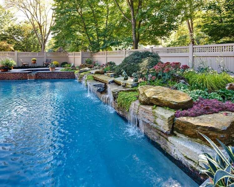 Luxus pool im garten wasserfall  Wasserspiele, die natürlich wirken - wie ein echter Wasserfall ...