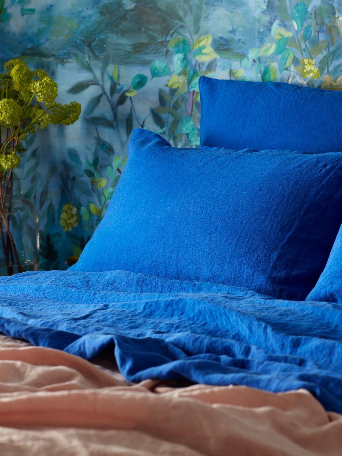 Dazzling blue 100% linen bedlinen in cobalt blue bedroom ...