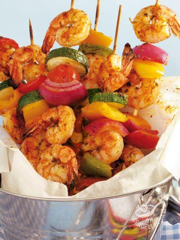 Skewers of shrimp and vegetables - Gli Spiedini di gamberi e fantasia di verdure sono una vera squisitezza a base di gamberi marinati, pomodorini e peperoni. Originali e golosi! #spiedinidigamberi