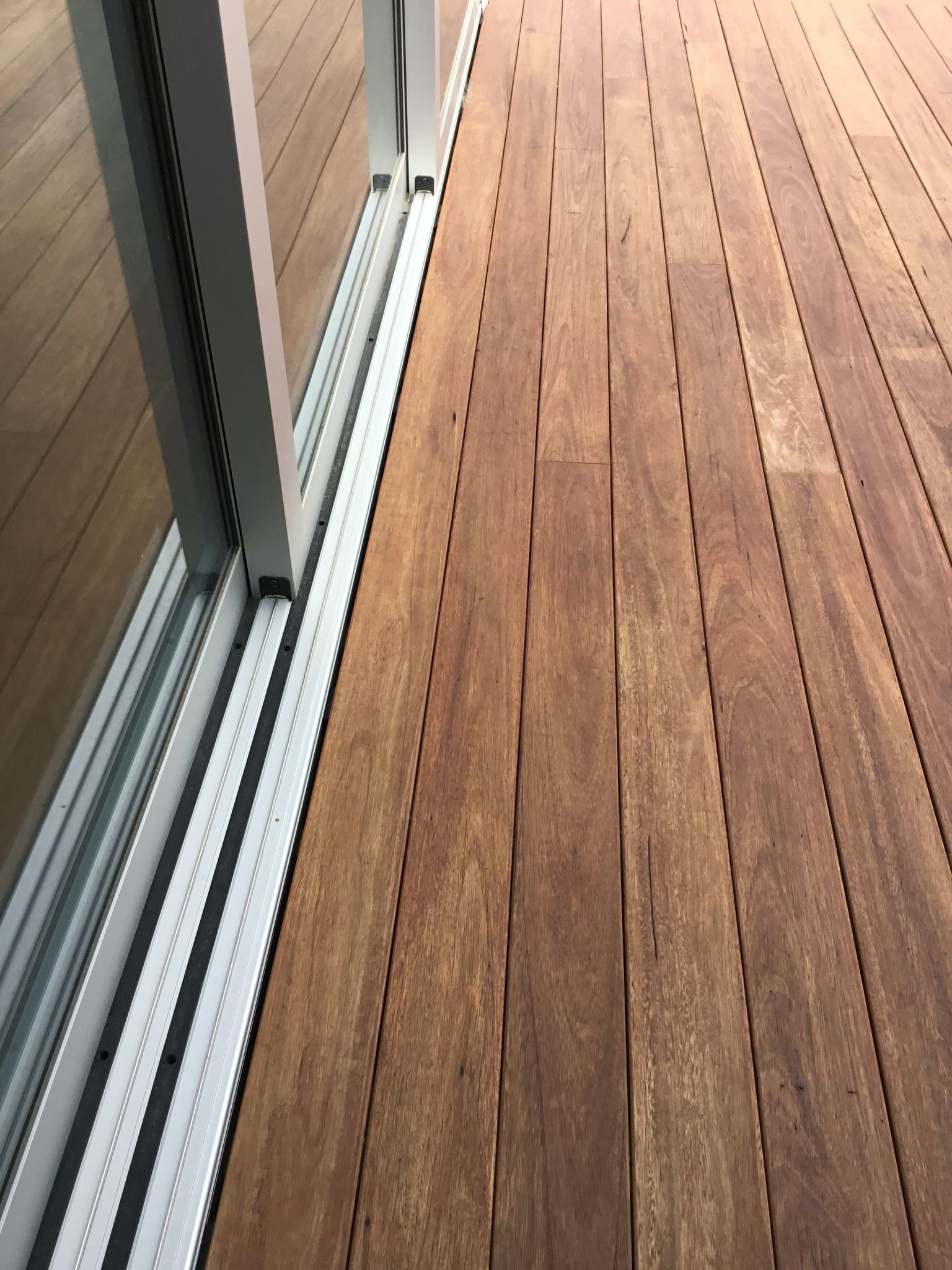 Shadowdeck Blackbutt Decking 130x19 Show How The Shadowdeck 12mm House2deck Spacer Look Next To The Joinery Timber Deck Courtyard Design Beach House Exterior