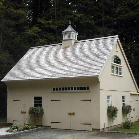 eine sch ne wei e holzgarage mit kleinem turm auf dem dach garagen und nebengeb ude. Black Bedroom Furniture Sets. Home Design Ideas