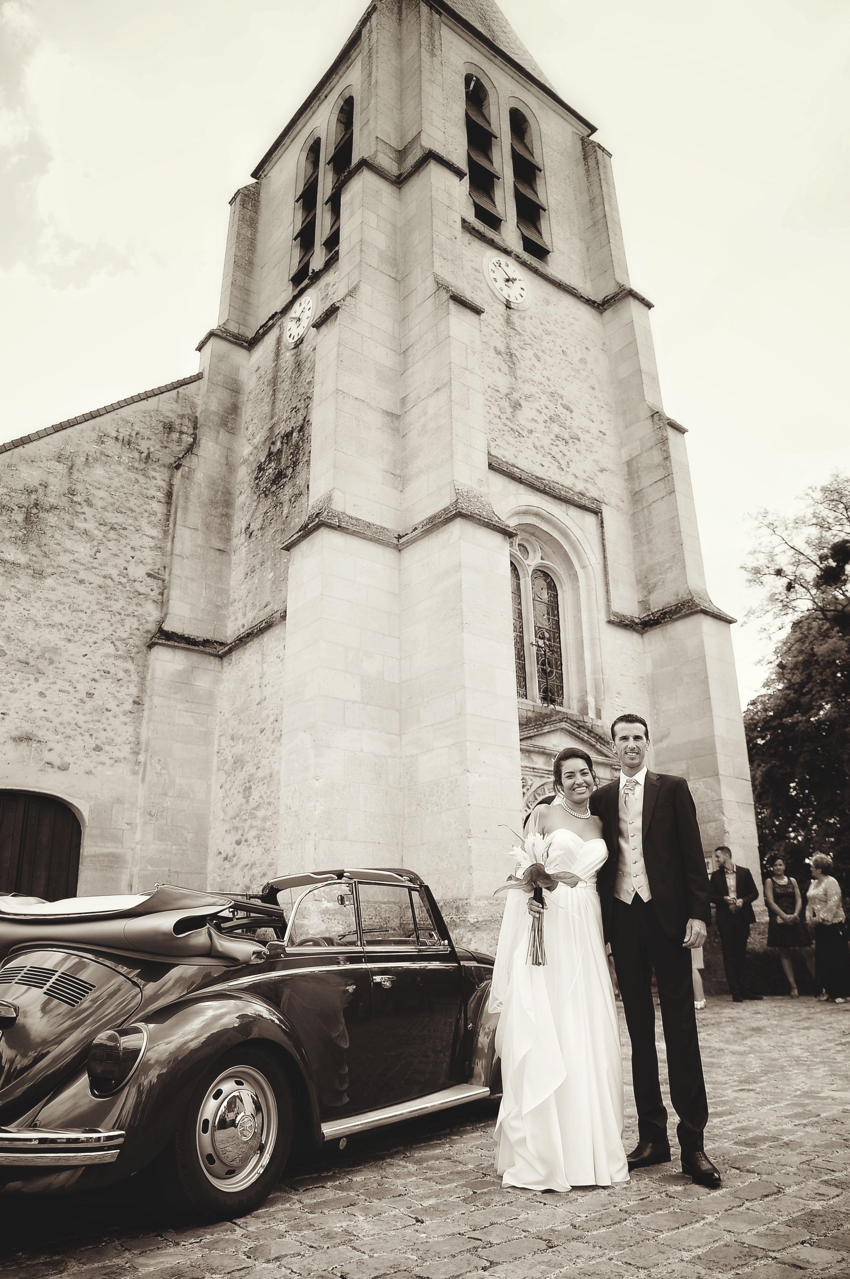 mariage noir et blanc Mariés devant l église