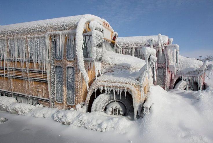 Mit Eis und Schnee verkrustet konnten diese beiden Schulbusse in Omaha,…