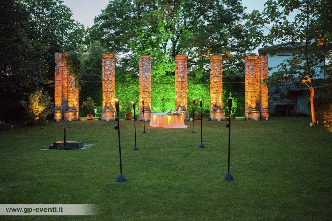 Photo of Particolari del giardino esterno, illuminato con sapienti giochi di luci.