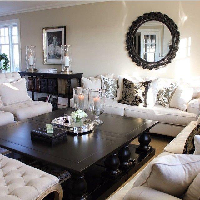 Beige Sofas, dunkler Tisch und Sideboard bringt Tiefe ins Zimmer - wohnzimmer beige couch