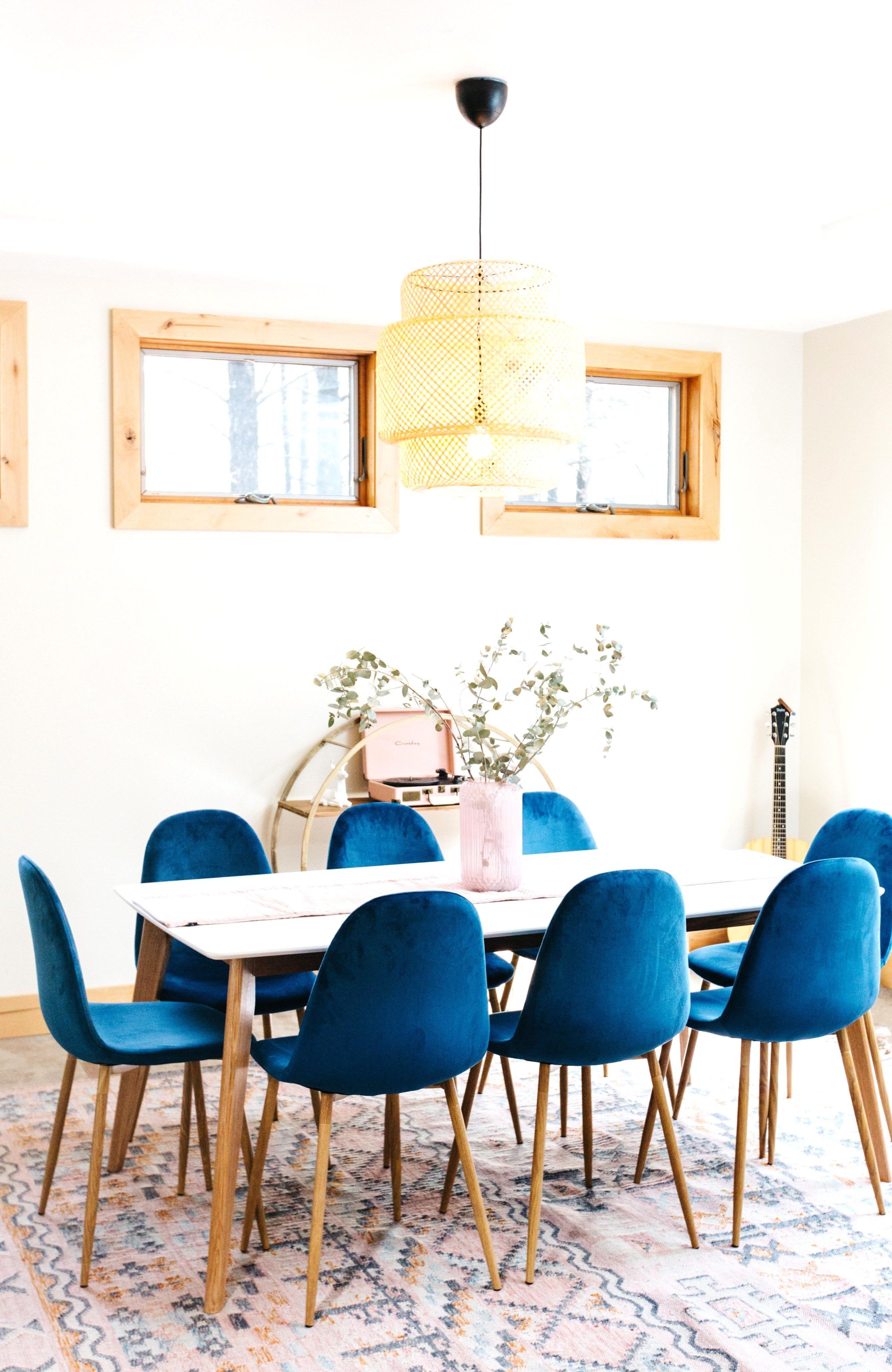Cabin dining room with patterned rug blue velvet dining ...