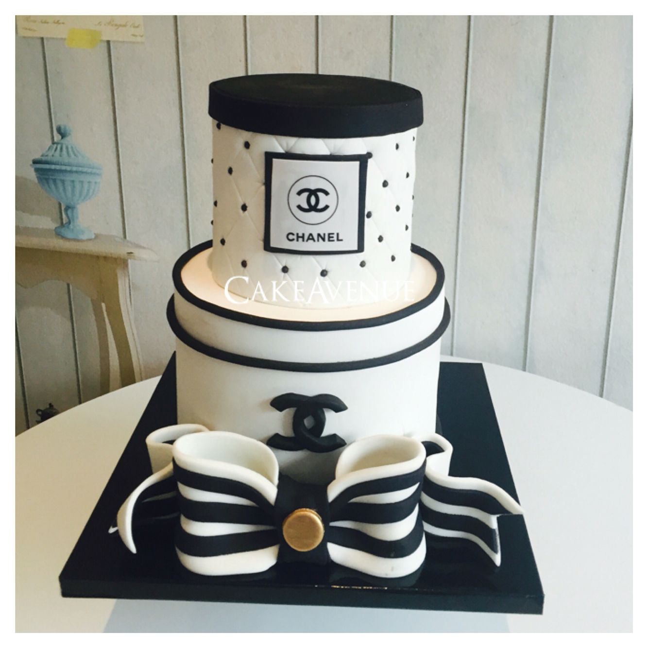 Chanel Cake Ideas: Chanel Fondant Cake Black And White