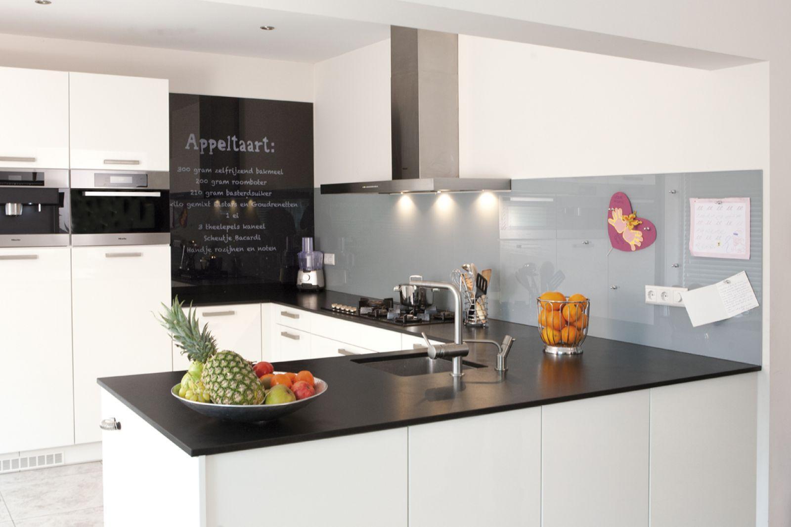 Een glazen keuken achterwand is een originele en duurzame manier om uw keuken een strakke en - Keuken originele keuken ...