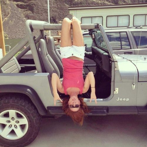Sexy girl in jeep — photo 12