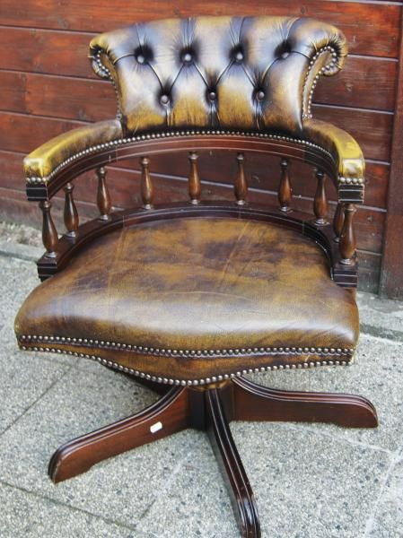 superbe fauteuil de type capitaine chesterfield en cuir. Black Bedroom Furniture Sets. Home Design Ideas