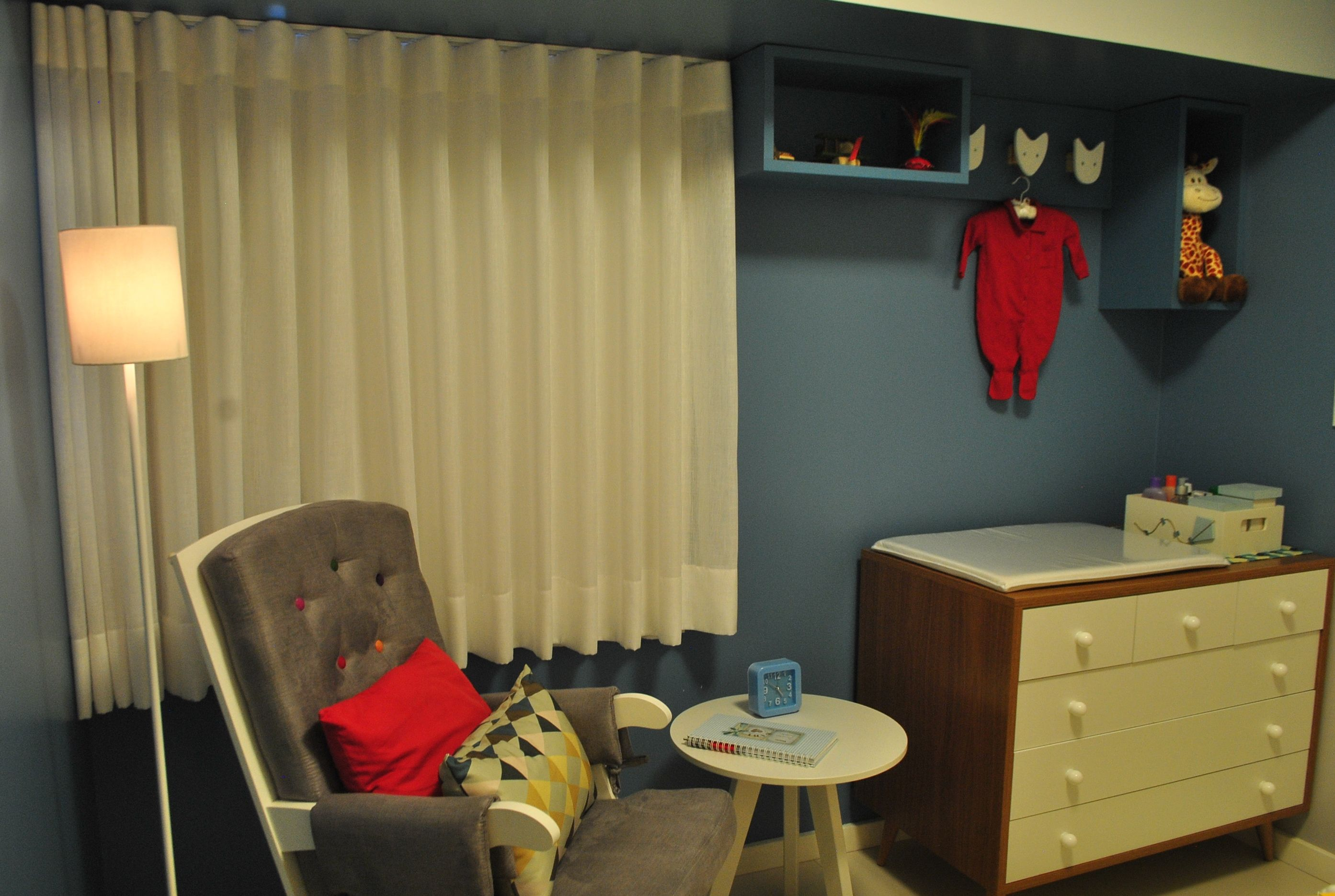 Clean, divertido e bem colorido, o quarto do bebê tem inspirações geométricas. Projeto Unio Arquitetura