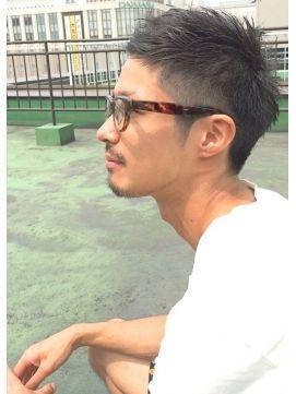 黒髪の刈り上げツーブロック、短髪ウルフショートスタイル