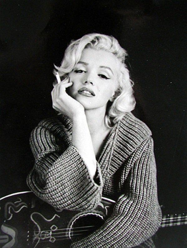 Marilyn Monroe Con Una Guitarra En Sus Piernas Y Fumando Un Cigarrillo Frases De Marilyn Marilyn Monroe Fondo De Pantalla De Marilyn Monroe