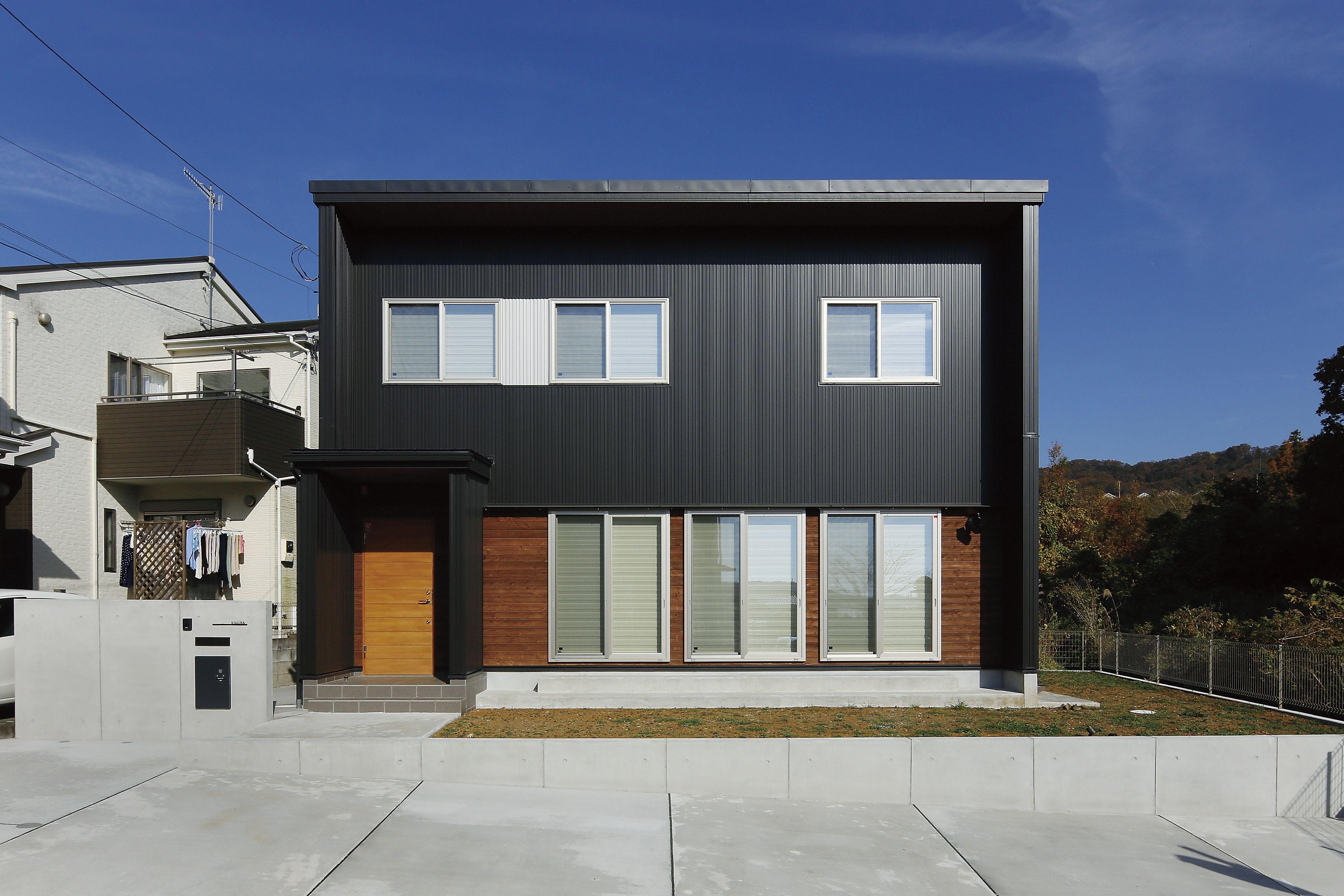黒いガルバリウム鋼板と杉の木を組み合わせ スクエアでスタイリッシュ