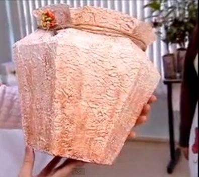 Projeto que utiliza lixo reciclável para produzir artesanato. Aprenda os detalhes da técnica que transforma caixas vazias de leite em belas peças de decoração e utilidade.