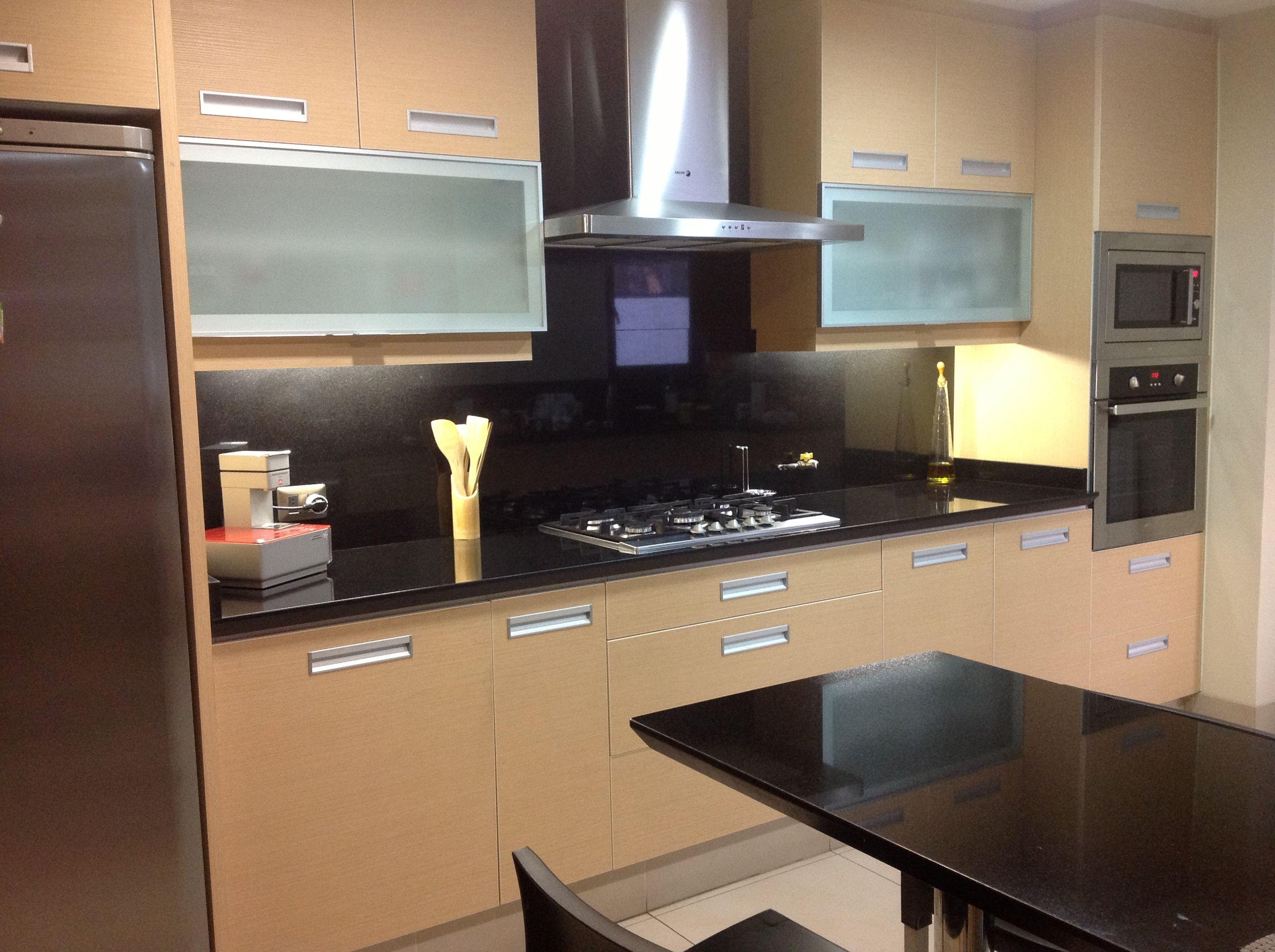 Cocina con retorno en muro en granito cocina kitchen for Cocina con electrodomesticos de color negro