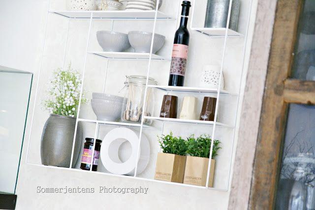 Sommerjenten`s interiørhule: Hylle på kjøkkenet