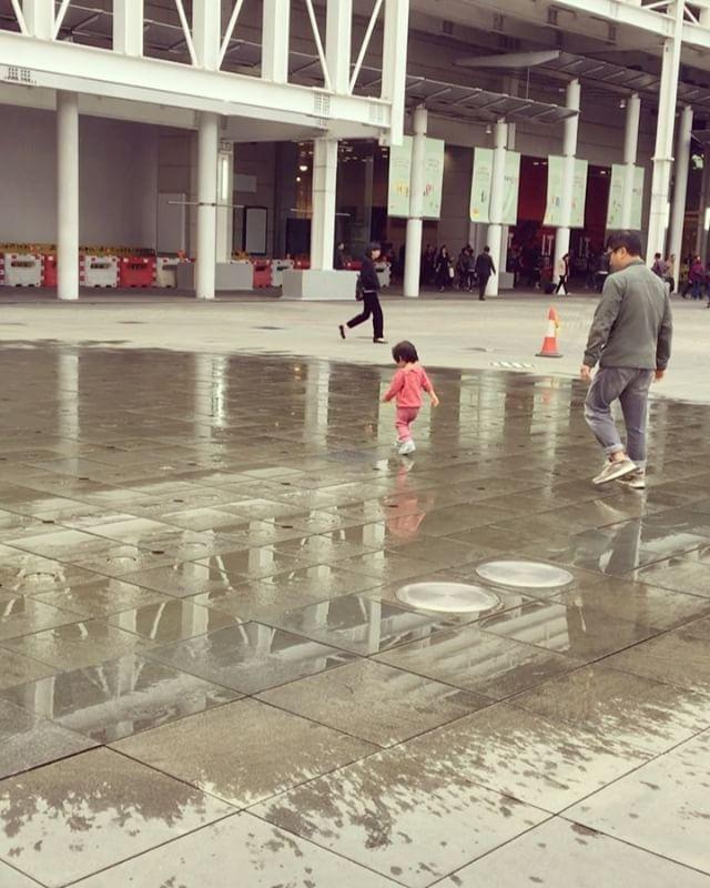 'Patron çıldırdı! 😲 Bu bir babalar günü mesajıdır. 😁  Varlık içinde yokluk mu daha zor, yoksa yokluk içinde varlık mı? 😔 Babalıktan bahsediyorum. Derin düşünmeli.. Babalar gününe özel en tatlı, sabah şekeri baba videosu Hong Kong'tan geliyor. 🇭🇰 Vide