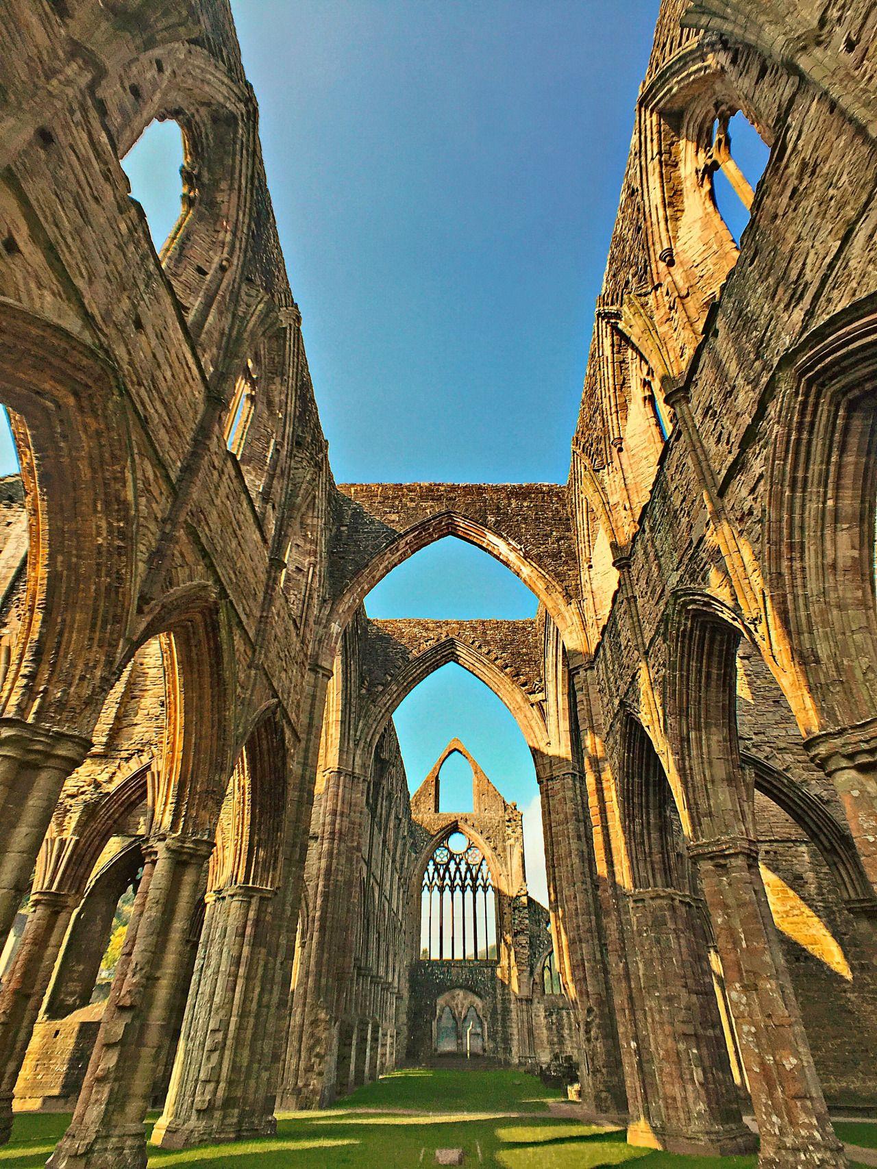 Die Ruinen von Tintern Abbey Monmouthshire, Wales Die Ruinen der Abtei aus dem 12. Jhd. sind berühmt dafür, dass sie das Werk namhafter englischer Künstler inspiriert haben, einschließlich des romantischen Dichters William Wordsworth und des Malers...